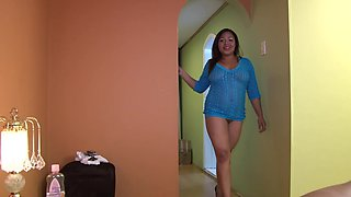 Curvy Colombiana in a blue outfit is ready to take a huge pecker