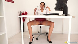 Luscious secretary in glasses Bonnie is flashing her pussy under the table