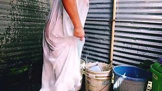 Dasi boudi bathing