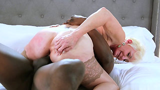 Hot GILF asks for assistance to get IR anal creampied